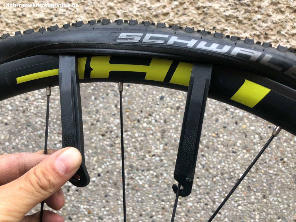 Einsatz mehrere Reifenheber unter Verwendung des Speichenhakens