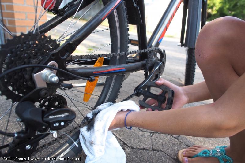 Fahrradkette reinigen ist ein wichtiger Bestandteil der Wartungsarbeiten am Fahrrad.